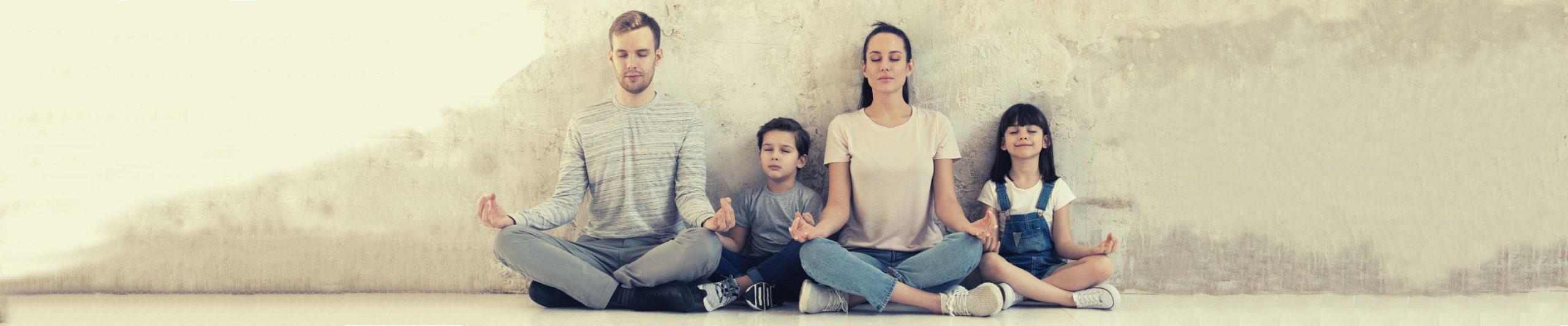 משפחה מתרגלת מיינדפולנס